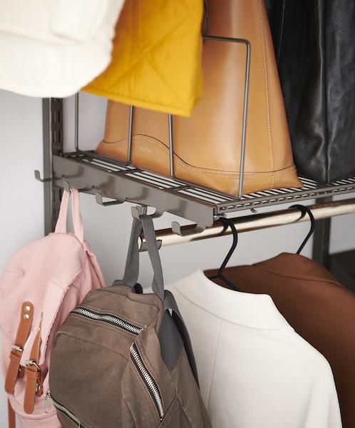 Rangement crochets pour sac dans l'entrée