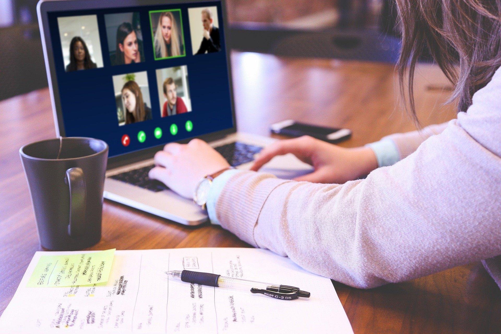 video-conférence avec ses collègues en télétravail
